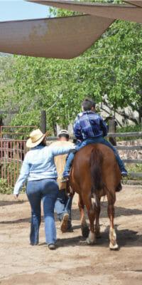 Niño montando a caballo en Rancho Guacatay